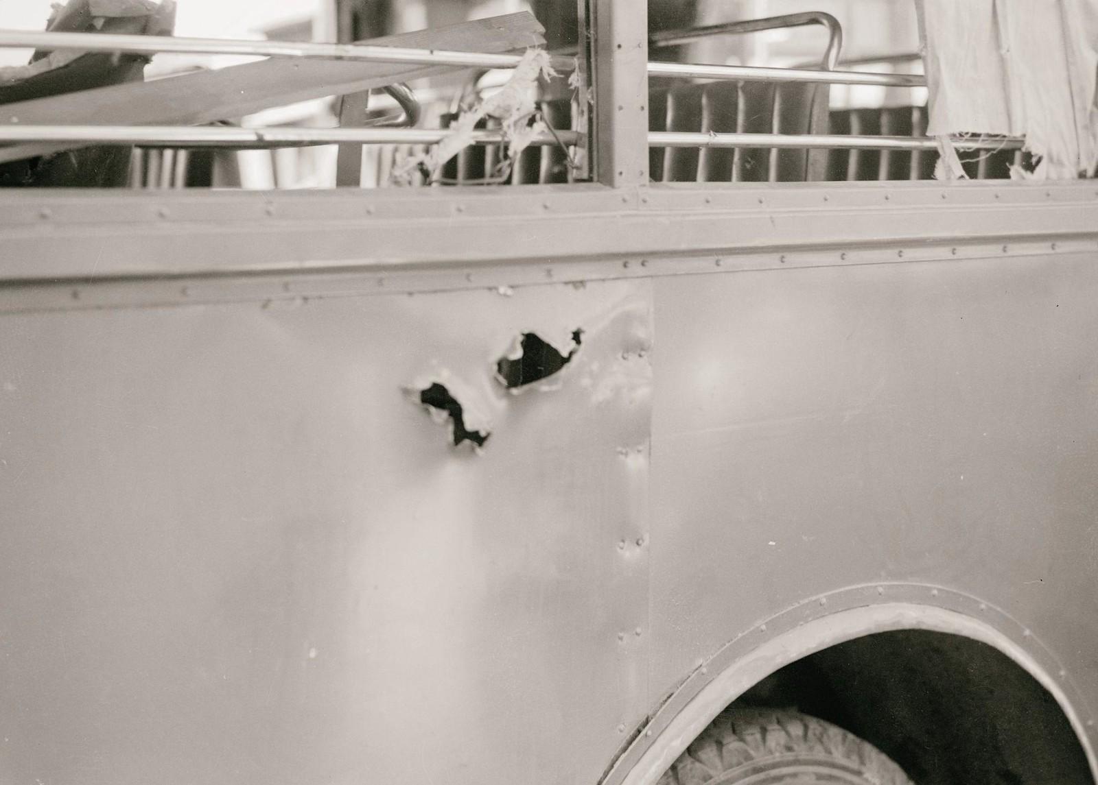 13. 1938. Нападение на арабский автобус 4 июля. Автобус арабской компании, пробитый взорвавшейся миной