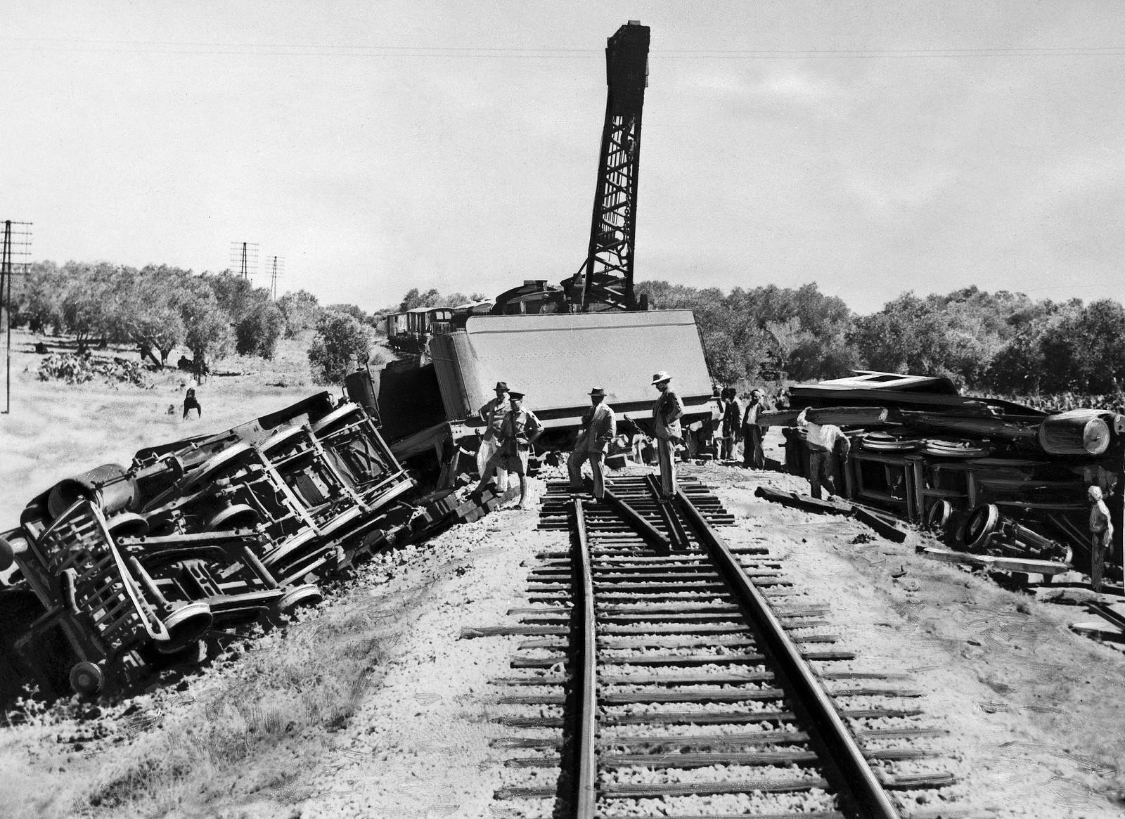11. 1938. Британская армия участвует в спасательных работах по ликвидации последствий аварии поезда в районе Лода
