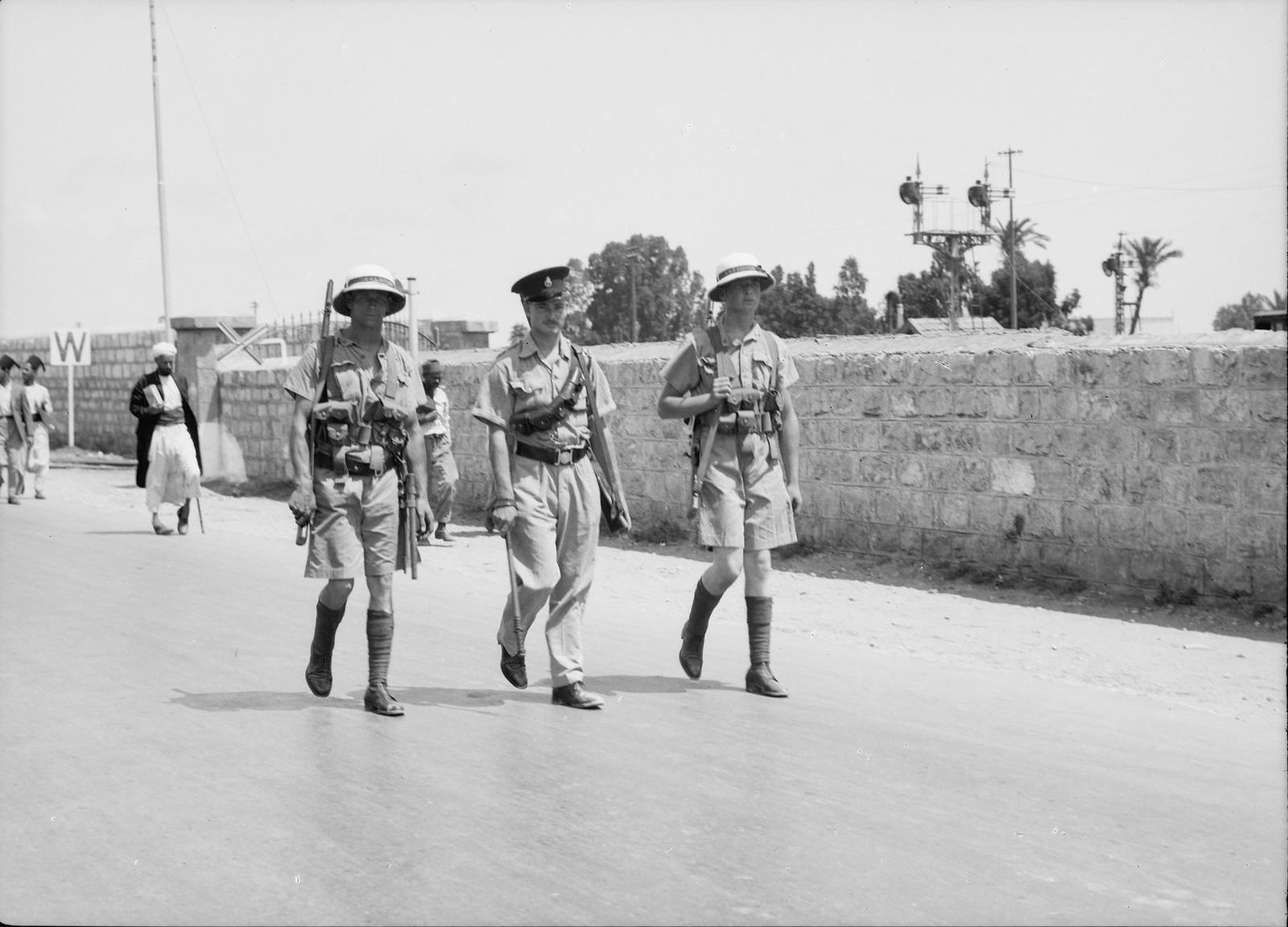 10. 1938. Два морских пехотинца вместе с полицейским патрулируют Назарет-стрит в Хаифе