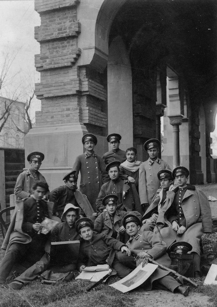 Учащиеся 1-й мужской гимназии у Казенного театра