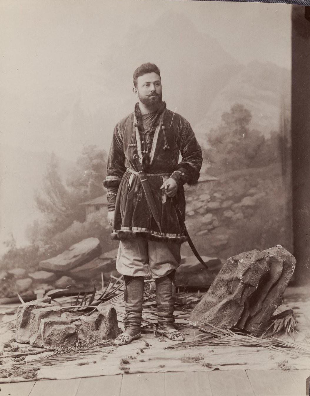 Сисонидзе в национальном костюме