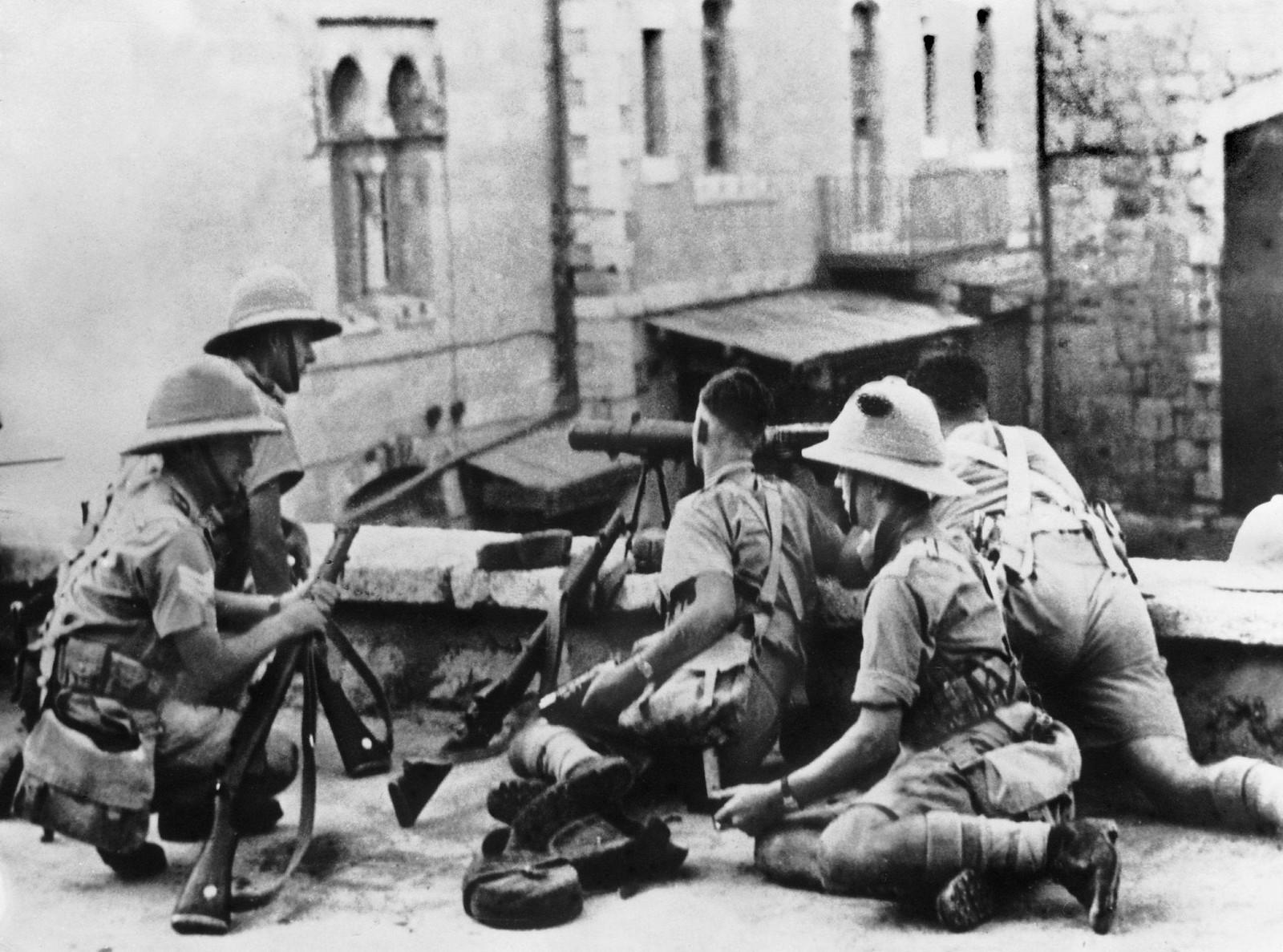 05. 1938. 24 октября Во время операций по захвату арабских районов Иерусалима британские солдаты лежат в засаде на террасе дома на улице Серайл. Решение об этой оккупации было принято после ожесточенных боев между евреями и арабами