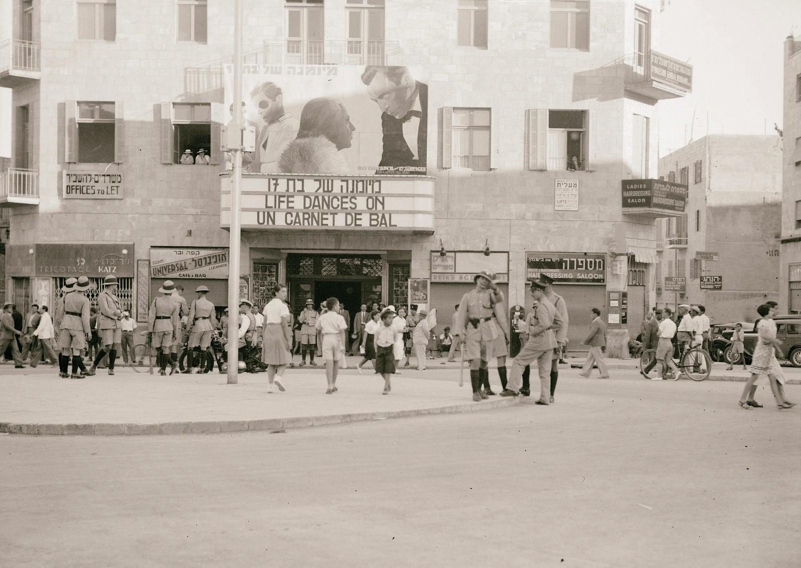 16. 1938. Действия полиции на Яффо-роуд накануне повешения Шломо Бен-Йосефа, 28 июня. Солдаты перед кинотеатром Zion Cinema, Иерусалим