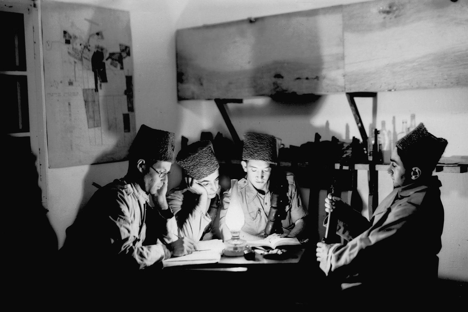 12. 1938. Еврейские поселенцы-пионеры и члены Хаганы на своем сторожевом посту в кибуце Гиват Бреннер. 3 ноября