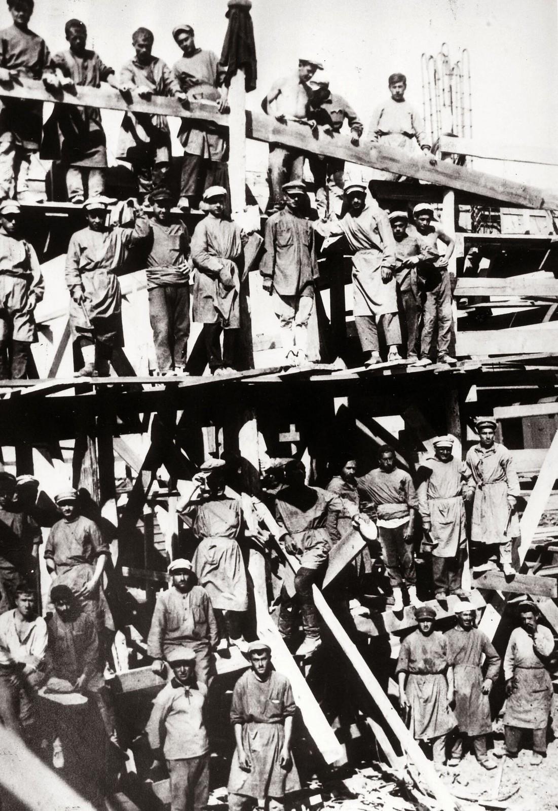 Политзаключенные в тюремном лагере в Тифлисе занимаются общественными работами. 1920