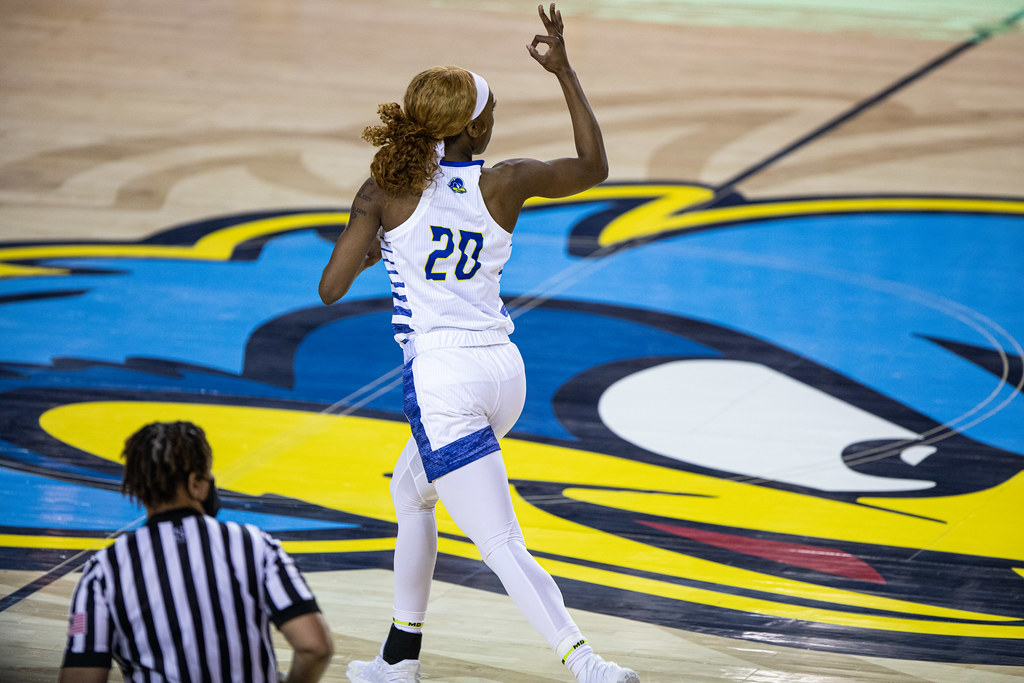 Women's basketball remains unbeaten in conference play with win over UNCW