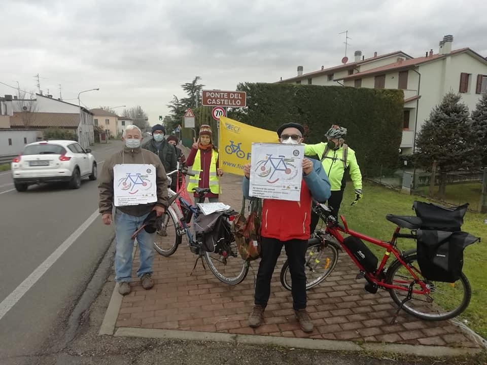 Flash-Mob degli attiviti FIAB al Ponte del Castello per chiedere la ciclabile sulla via Emilia
