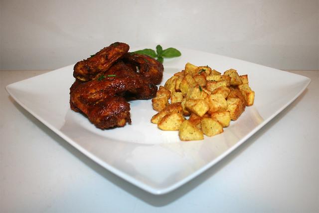 28 - Honey BBQ chicken wings with roasted garlic potatoes - Side view / Honig-BBQ Chicken Wings mit gerösteten Knoblauchkartoffeln - Seitenansicht