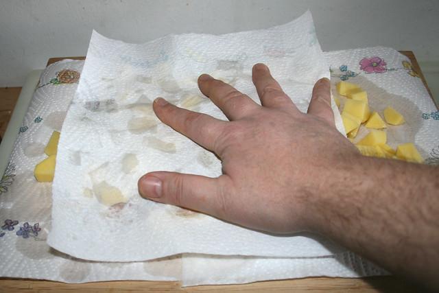 17 - Tap diced potatoes dry / Kartoffelwürfel trocken tupfen