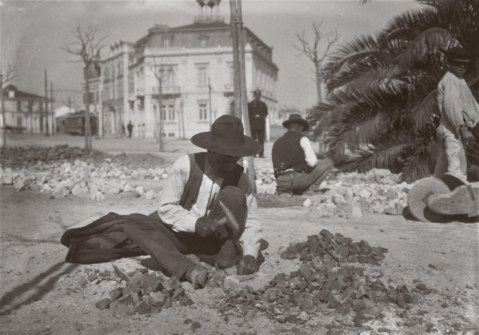 Obras municipais: calceteiros, Av. da Liberdade (J. Benoliel, 1907)