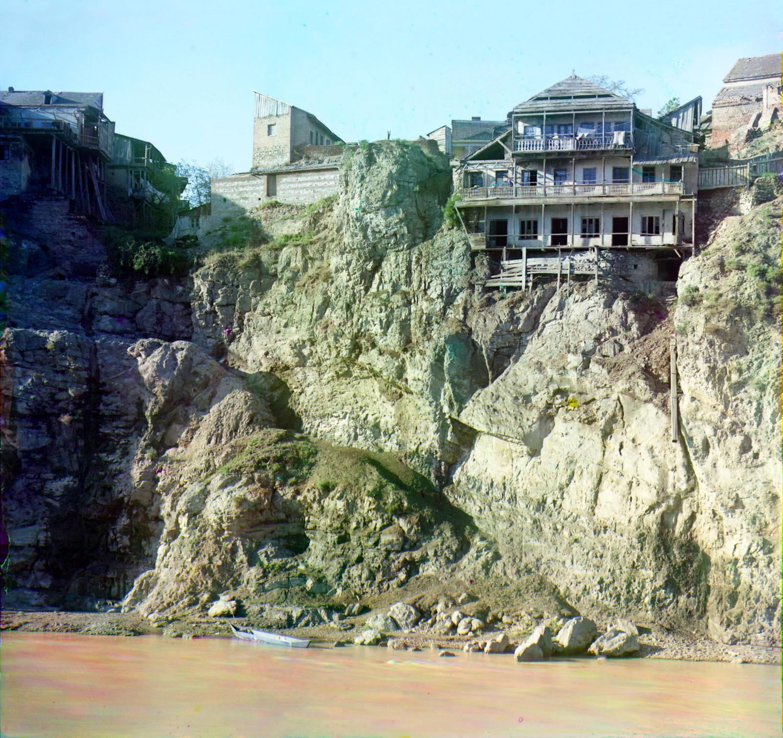 Старинный дом в скале на левом берегу Куры