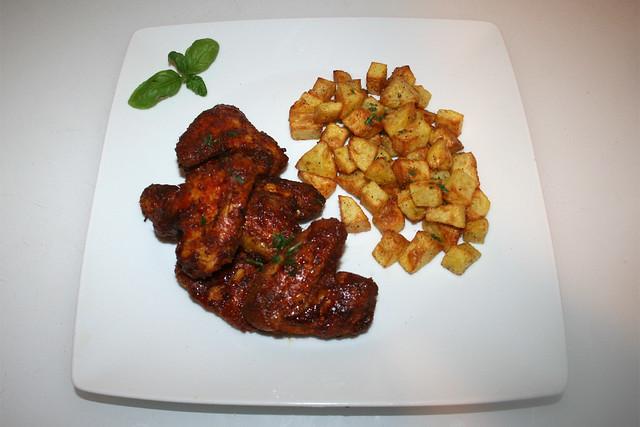 27 - 28 - Honey BBQ chicken wings with roasted garlic potatoes - Served / Honig-BBQ Chicken Wings mit gerösteten Knoblauchkartoffeln - Serviert