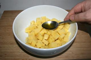 18 - Add oil to potatoes / Öl zu Kartoffeln geben