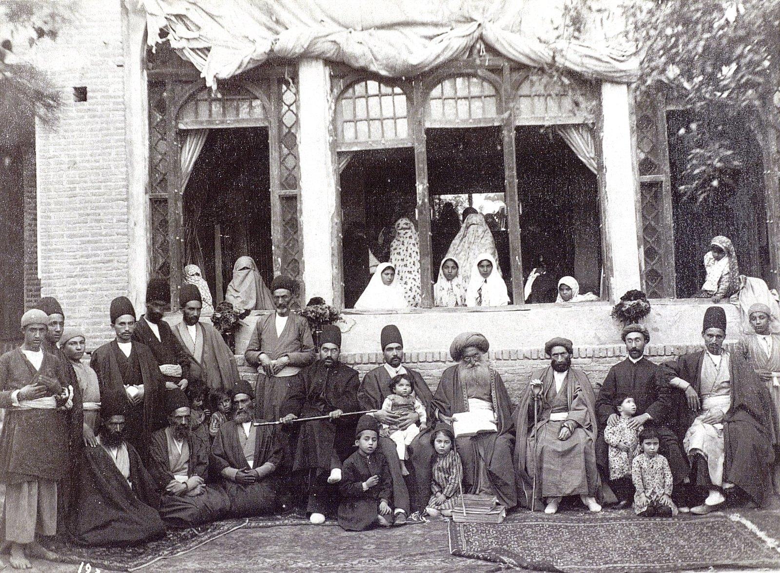 Мур Махмуд в кругу своих приближенных
