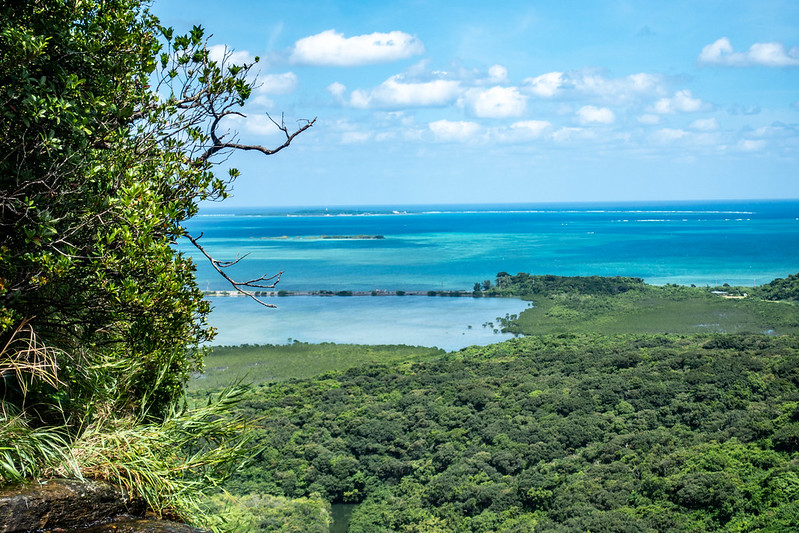 ピナイサーラの滝から見える鳩間島
