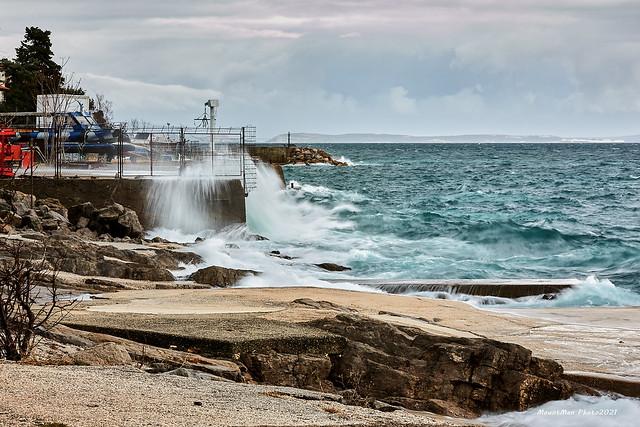 Razbijanje valova o obalu kod Vile Nora u Rijeci