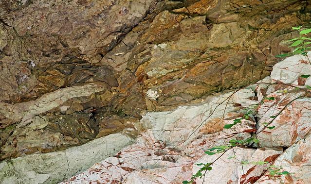 Dans le Cantal, mégabloc trachyandésitique sur le socle granitique sous-jacent