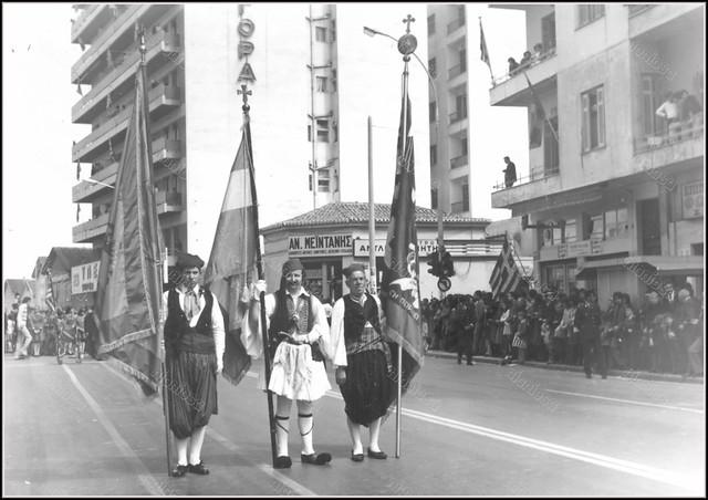Πειραιάς 25 Μαρτίου 1975, συμβολή των οδών Βασιλέως Κωνσταντίνου (Ηρώων Πολυτεχνείου), 34ου Συντάγματος Πεζικού και Ελευθερίου Βενιζέλου.
