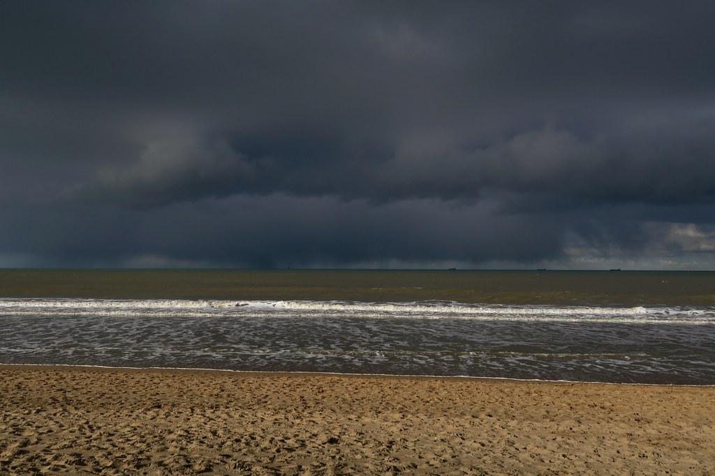 Strandwandeling. Rennen voor de regen.