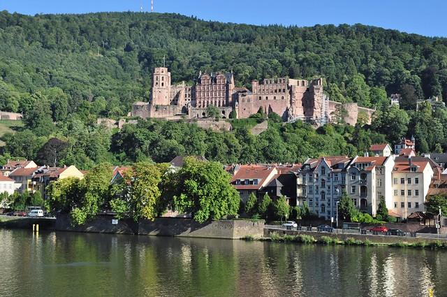 Vue sur le Neckar et les ruines du château, Heidelberg, Bade-Wurtemberg, République fédérale d'Allemagne.