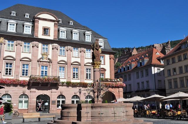 Rathaus et Herkulesbrunnen (1705), Martkplatz, Heidelberg, Bade-Wurtemberg, République fédérale d'Allemagne.