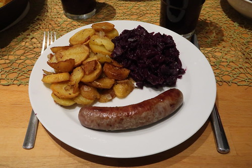 Lammbratwurst mit Bratkartoffeln und Rotkohl