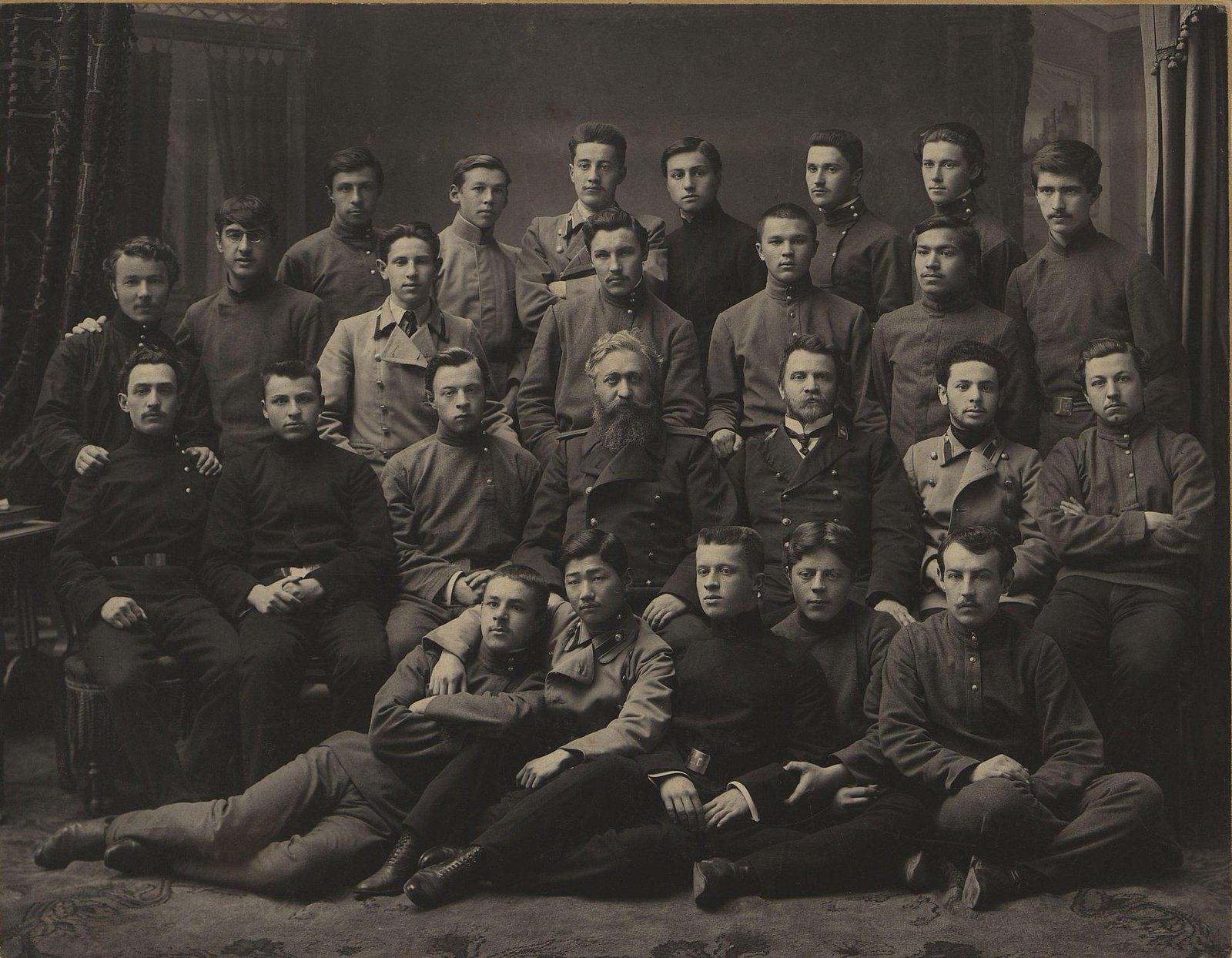 Выпускники Владивостокской мужской гимназии. 1910