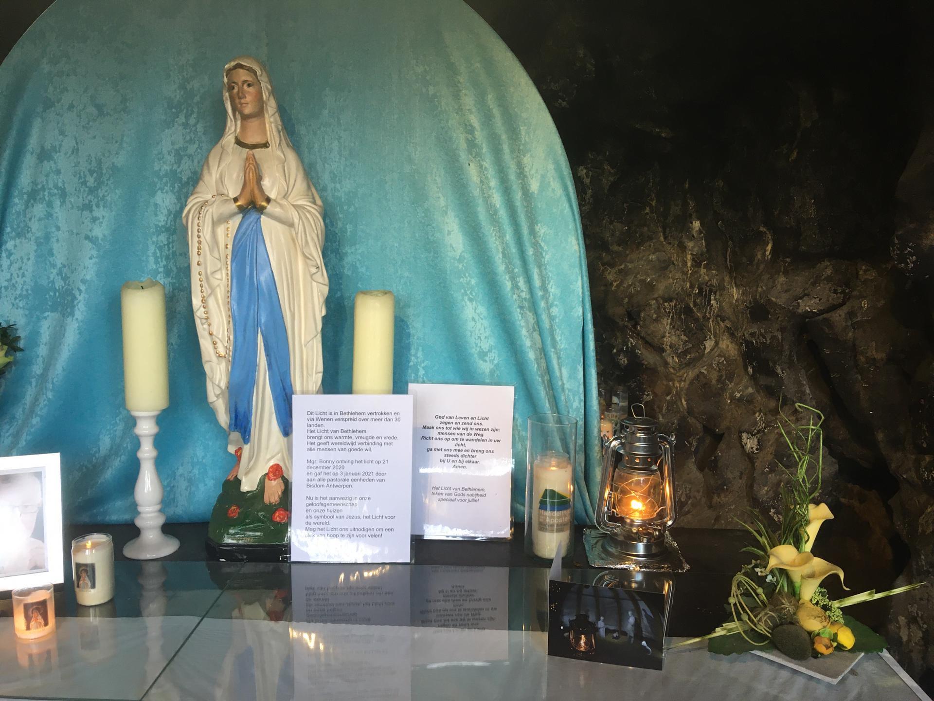 Licht van Betlehem in de grot van de Basiliek van Edegem