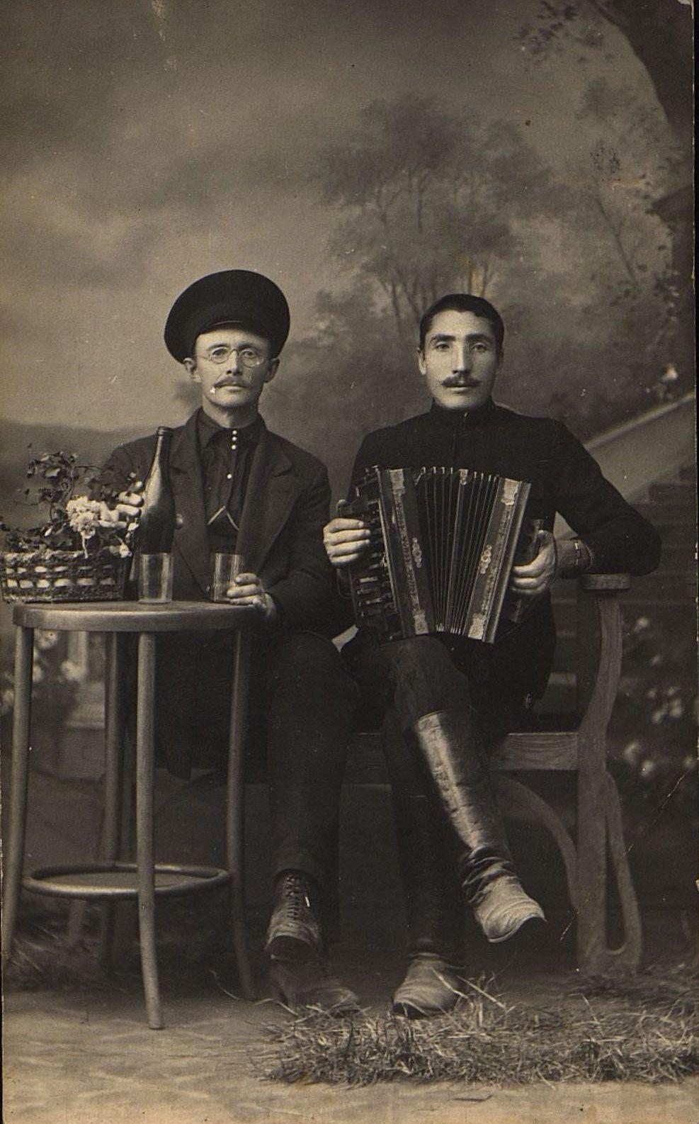 Козлов Пётр Николаевич и Михеев Степан Филиппович, мастера стекольного завода Пьянкова в Кипарисове, близ Владивостока. 1916