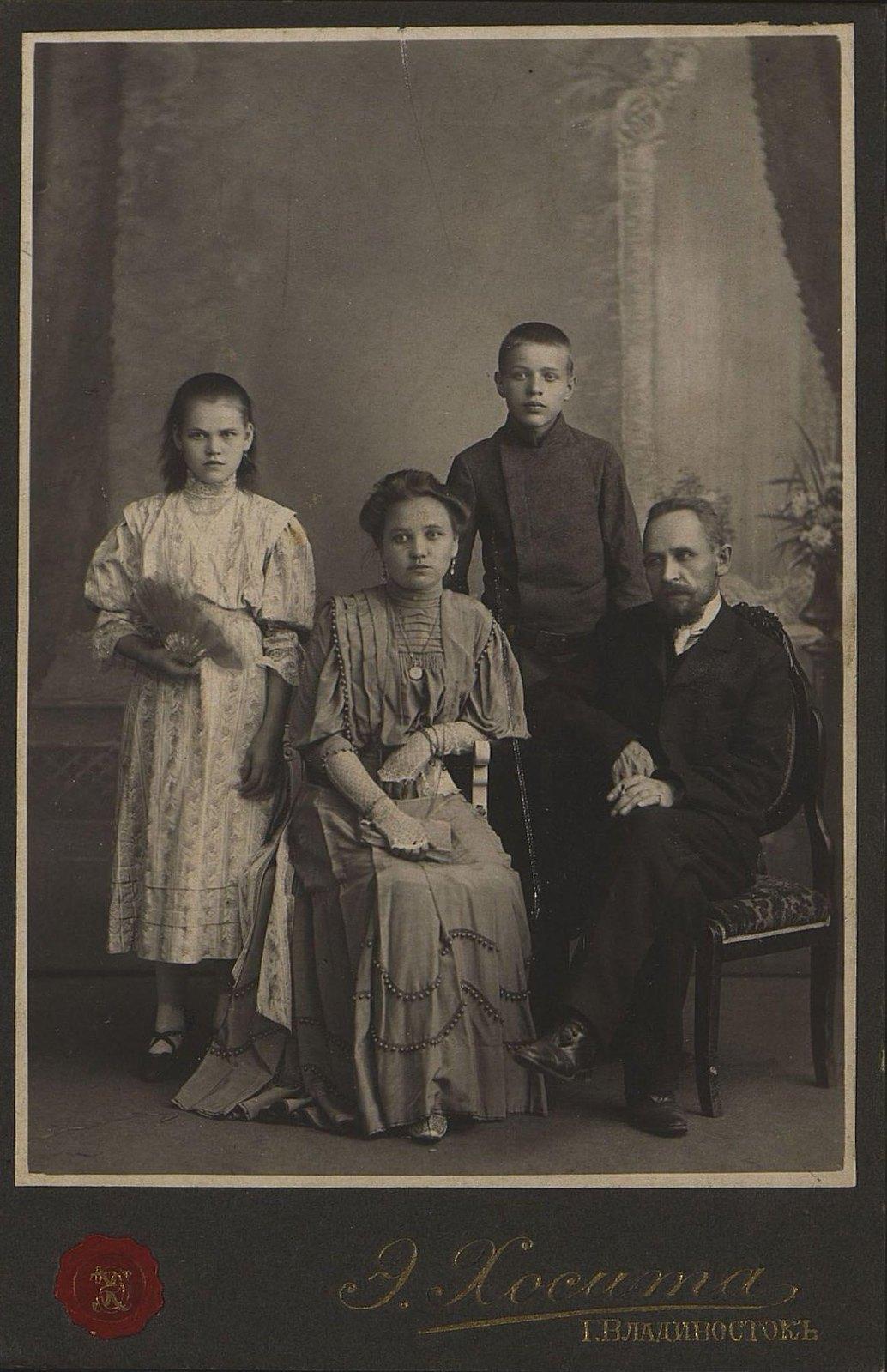 Клюев Михаил Степанович, делопроизводитель кабинета присяжного поверенного в городе Владивостоке Дукельского Н.П., с членами своей семьи. 1910