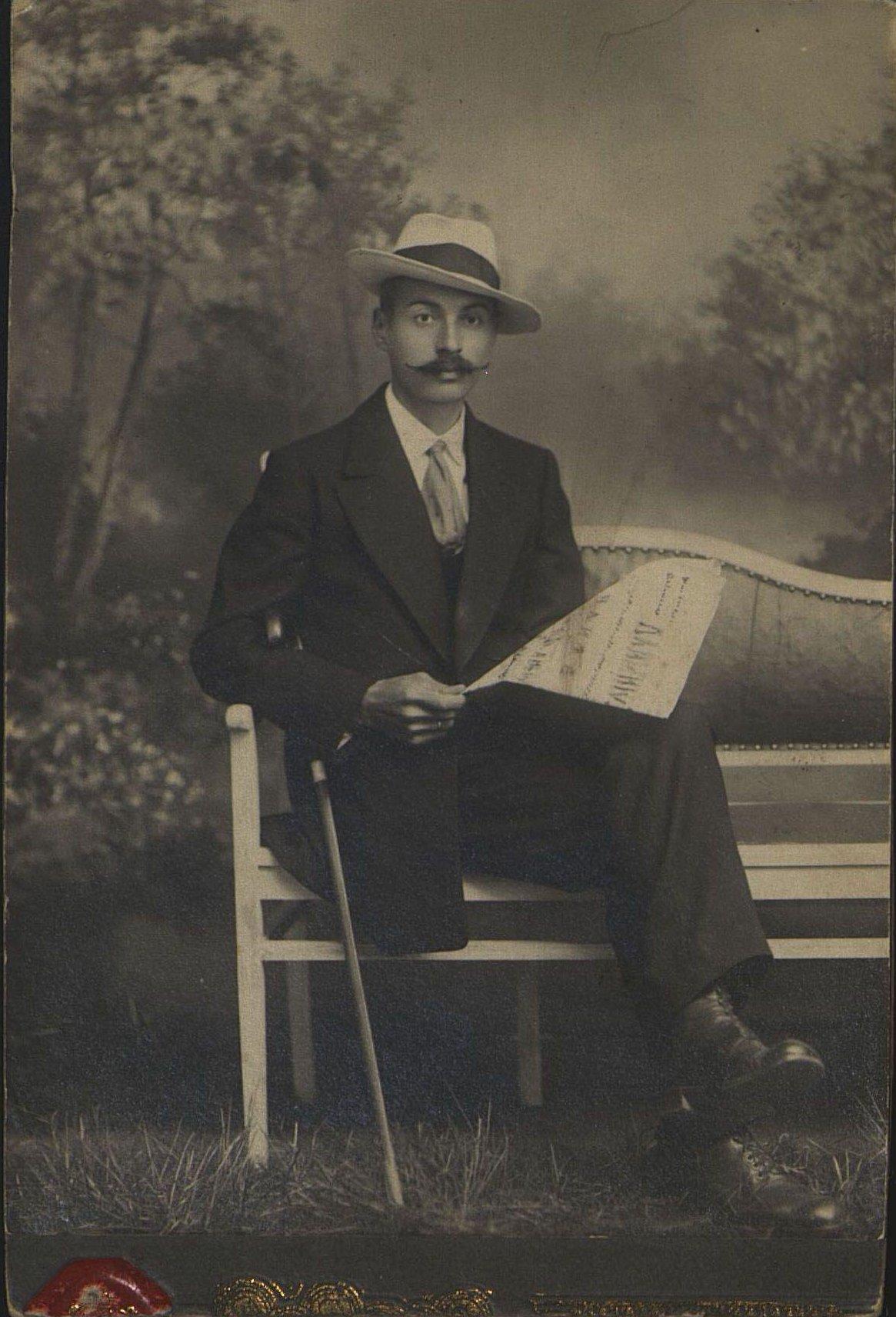Кравец Александр Петрович, литографский мастер типографии Е.А. Пановой «Дальний Восток». Неизвестный фотограф. 1912