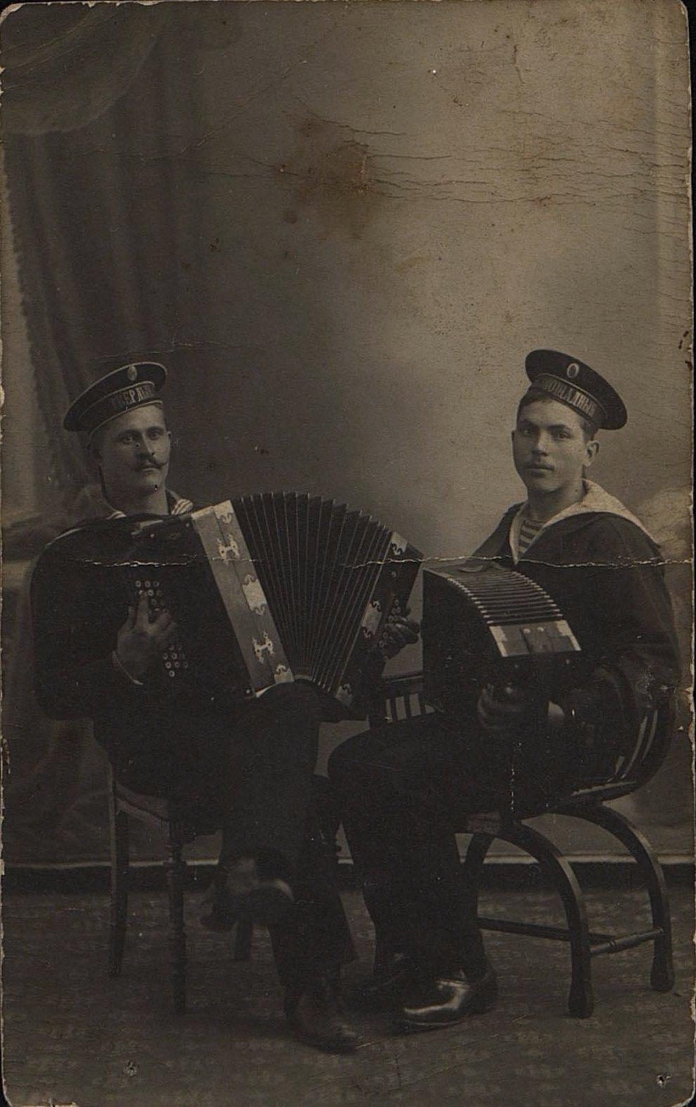 Короткевич Иван Наумович, матрос миноносца Твёрдый, и его неизвестный товарищ, матрос корабля Беспощадный. 1915