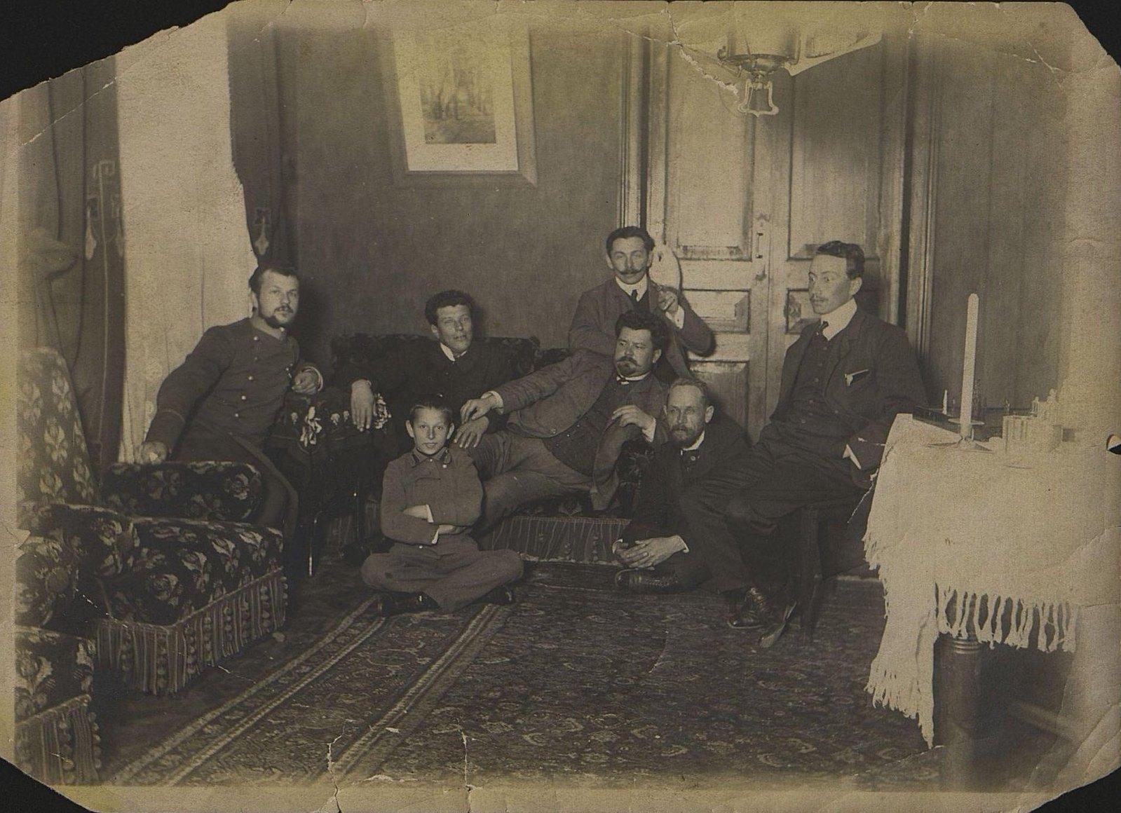 Дукельский Николай Петрович, присяжный поверенный города Владивостока, с коллегами и товарищами. 1915