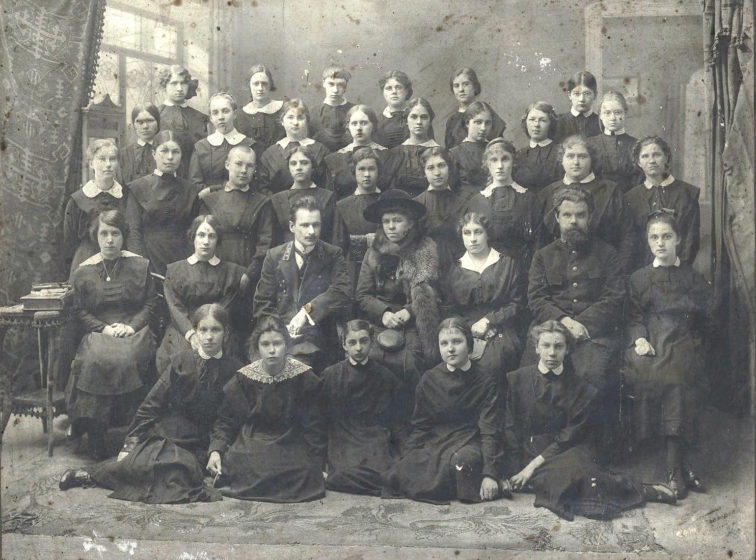 Выпускницы женской казённой гимназии с педагогами. 1910-е