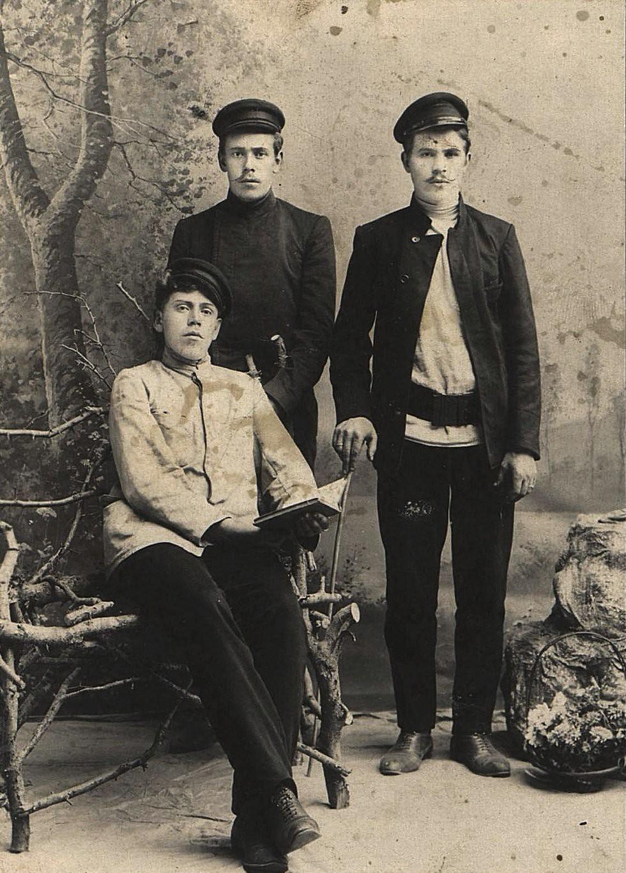 Братья Борисовы Михаил и Николай Ивановичи и неизвестный, рабочие. 1907
