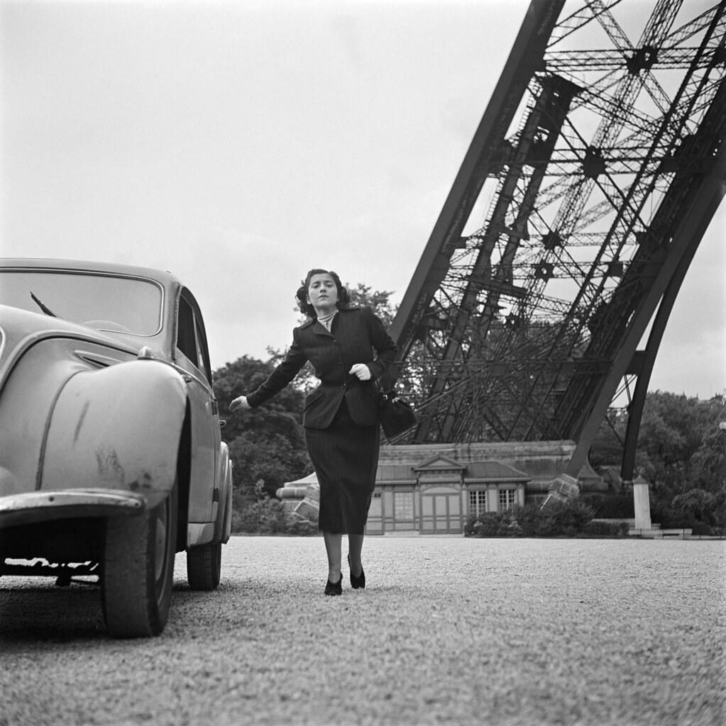 12. 1949. Писательница Эдмонда Шарль-Ру на Эйфелевой башне. Во время войны она работала медсестрой-добровольцем, сначала в подразделении Французского Иностранного легиона, 11-м пехотном полку за границей, затем в Сопротивлении