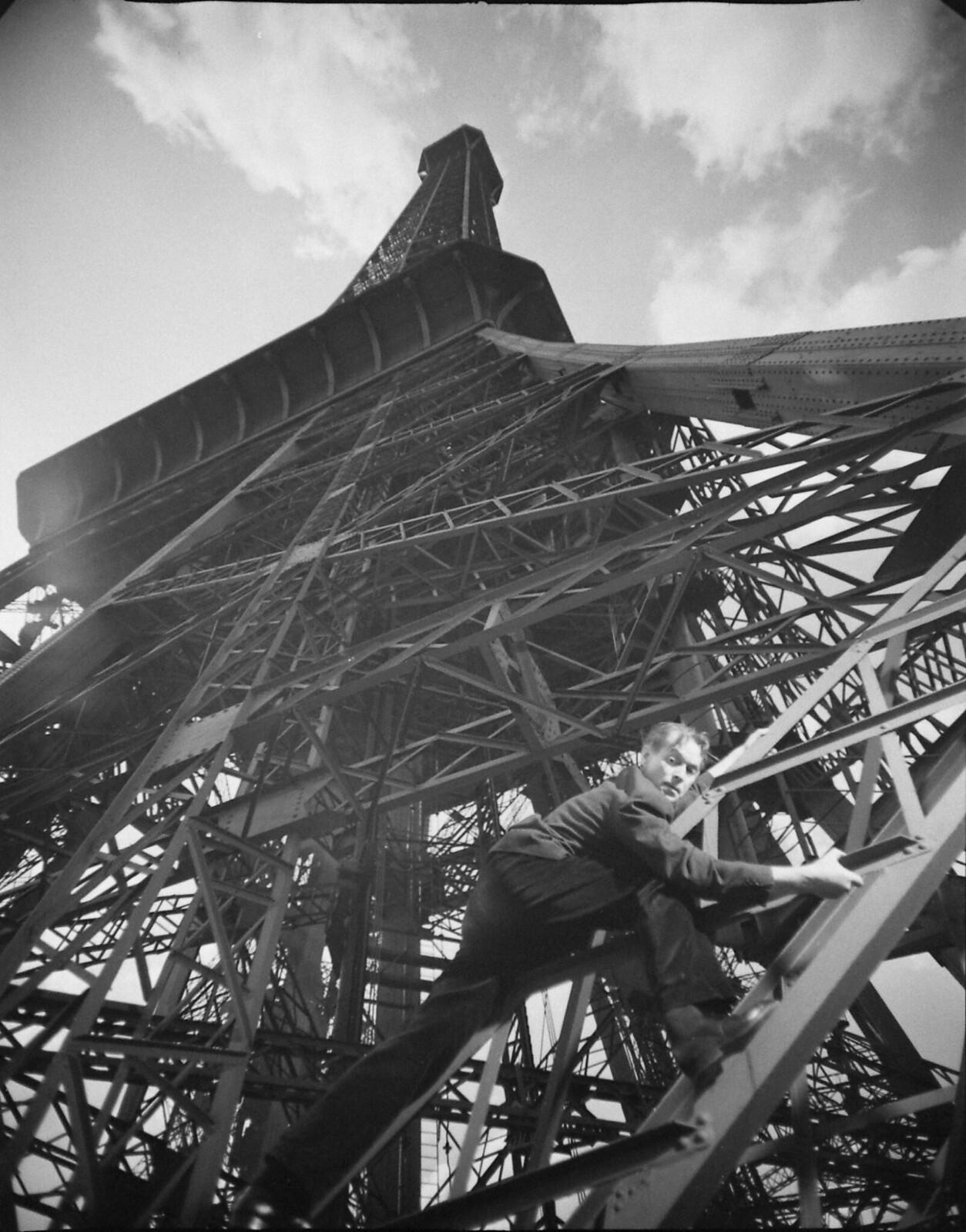 05. 1949. Мужчина поднимается на Эйфелеву башню во время съемок фильма «Человек на Эйфелевой башне», июнь
