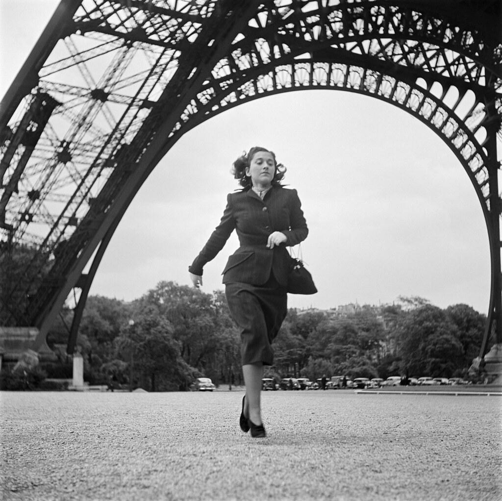 11. 1949. Писательница Эдмонда Шарль-Ру на Эйфелевой башне. Во время войны она работала медсестрой-добровольцем, сначала в подразделении Французского Иностранного легиона, 11-м пехотном полку за границей, затем в Сопротивлении