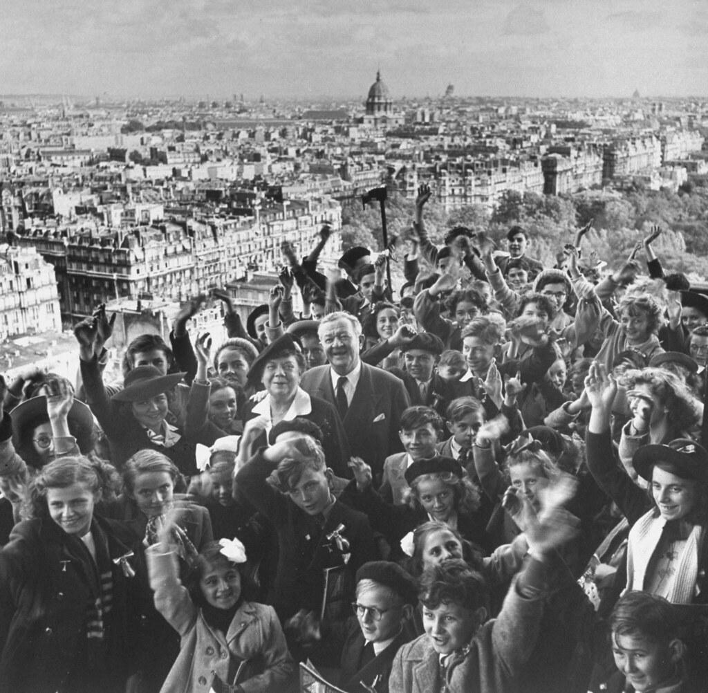 09. 1949. Жирар Ван Барклало Хейл и его жена позируют на вершине Эйфелевой башни в окружении 80 внуков