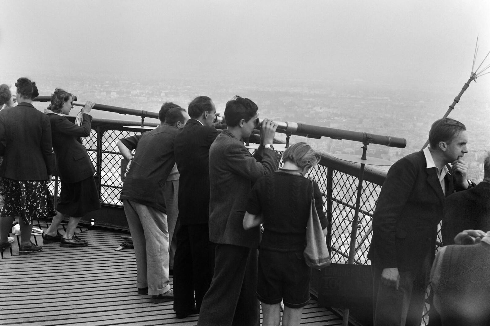 06. 1949. Люди на Эйфелевой башни в августе