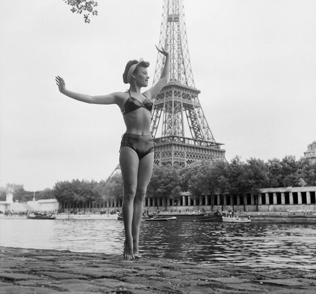 01. 1949. Женщина в купальнике позирует перед Эйфелевой башней на берегу Сены в июле