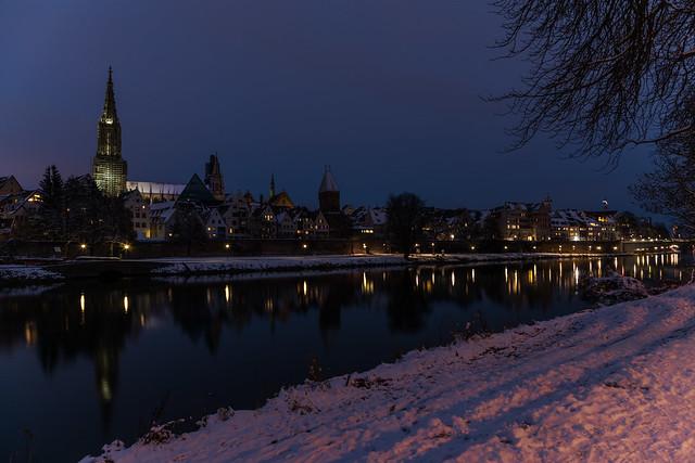 Die nächtliche Skyline vom Donauufer_