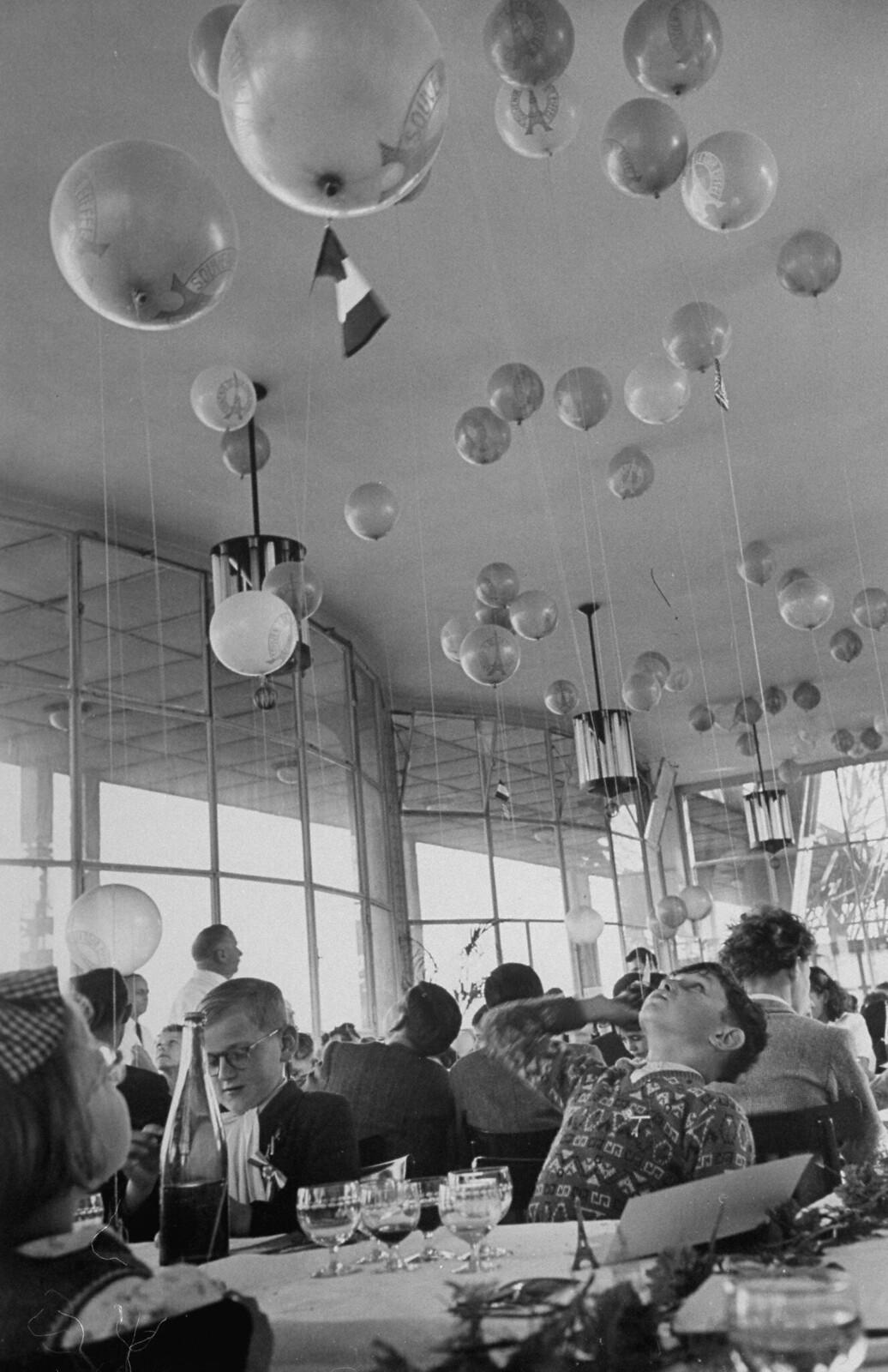 08. 1949. Дети были очарованы воздушными шарами, украшающими ресторан «Эйфелева башня»