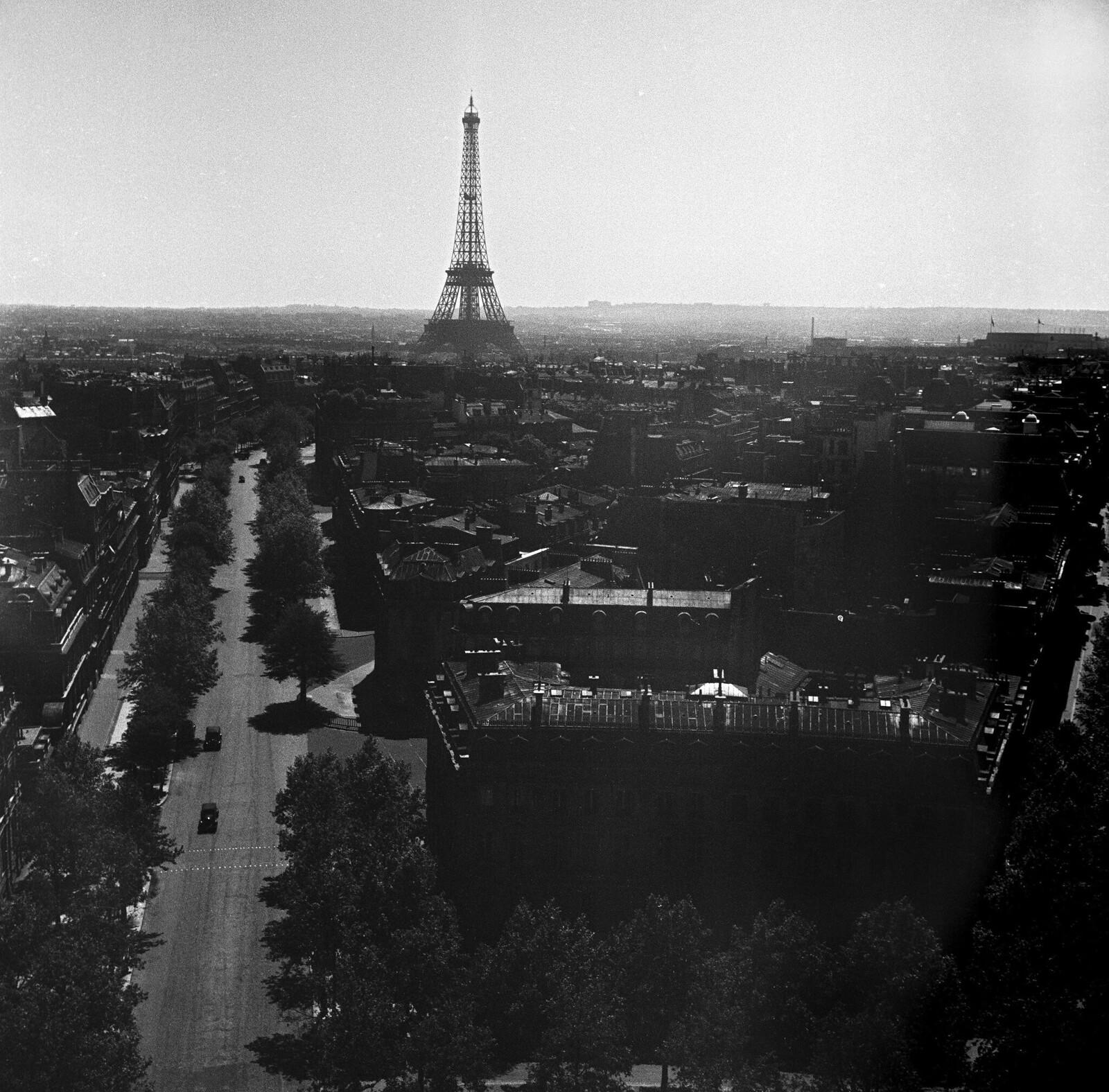 07. 1949. Общий вид на город с крыши с Эйфелевой башней на расстоянии. 6 мая
