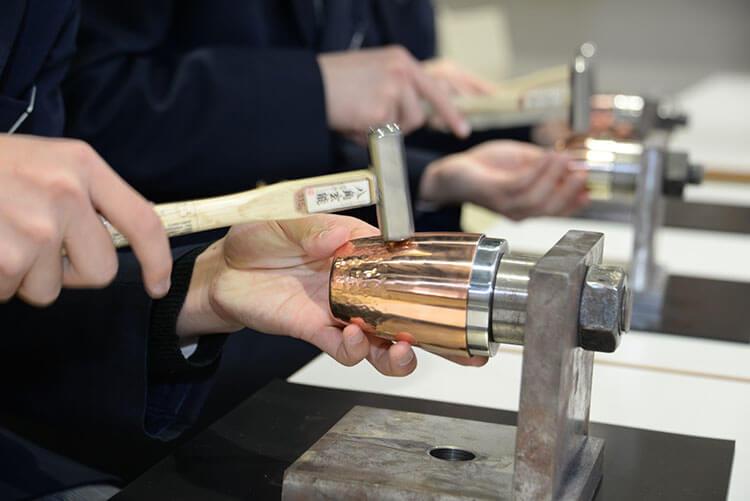 cara memasang pola pada peralatan tembaga