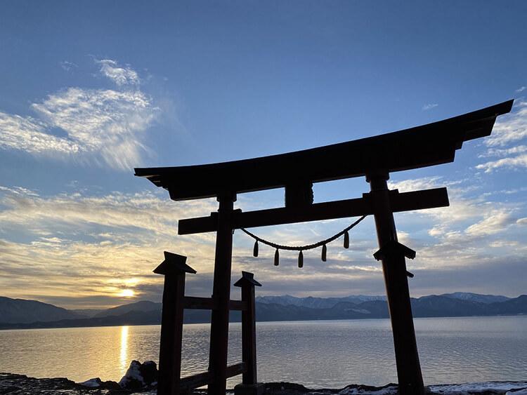 Sebuah gerbang Torii berdiri menghadap Danau Tazawa yang besar.