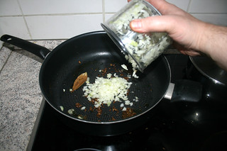 28 - Put onion in pan / Zwiebel in Pfanne geben