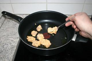 22 - Put marinated chicken in pan / Mariniertes Hähnchen in Pfanne geben