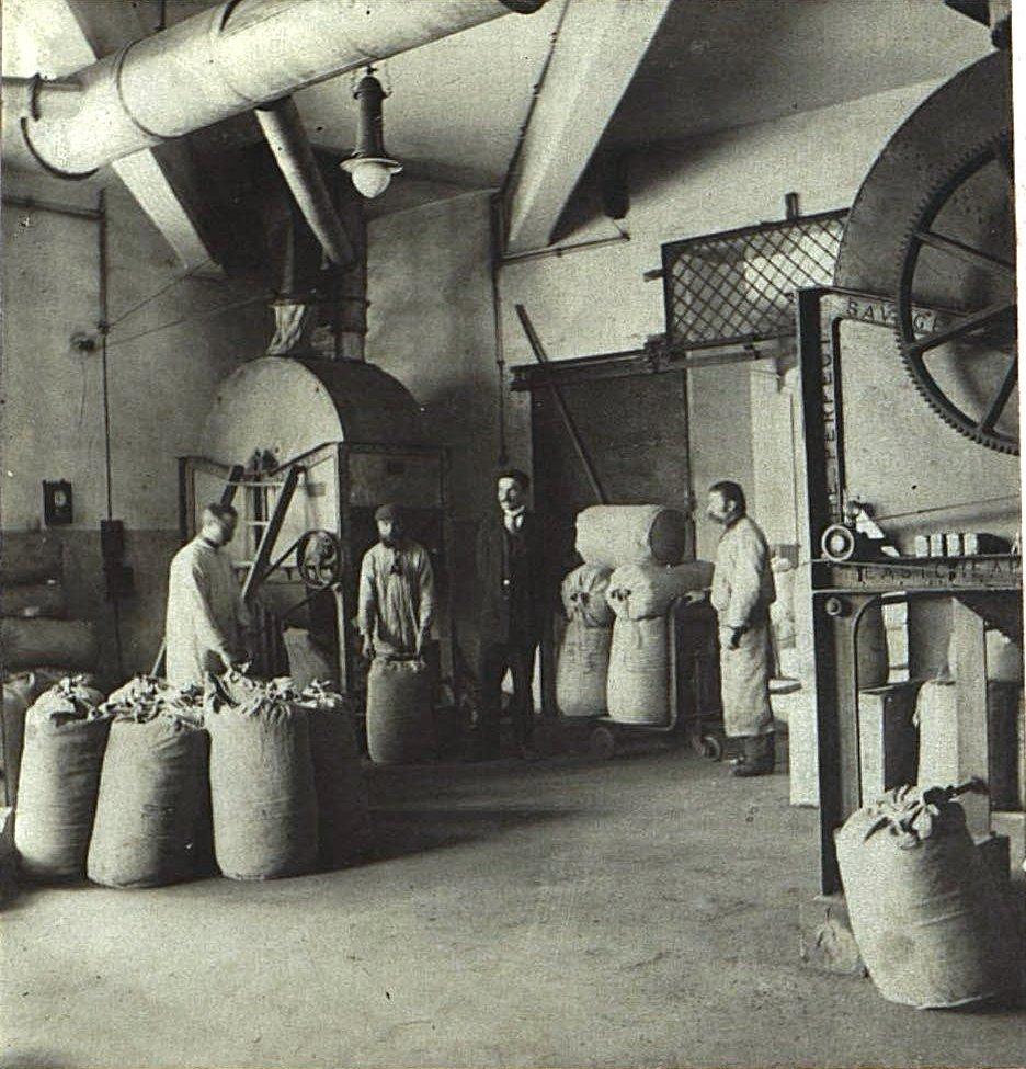 05. В одном из помещений Одесской чаеразвесочной фабрики В. Высоцкого и Ко.
