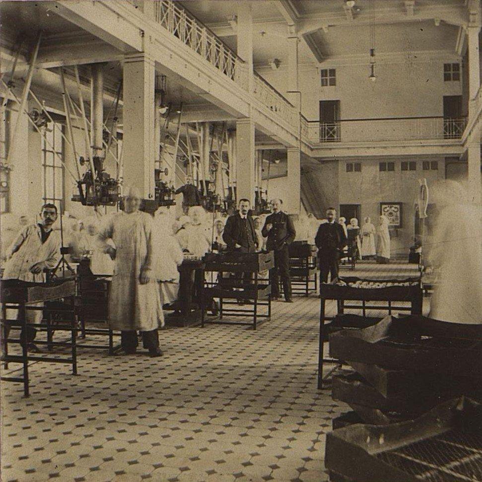 03. В одном из помещений Одесской чаеразвесочной фабрики В. Высоцкого и Ко.